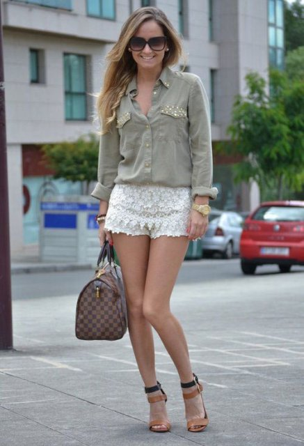Look with white lace shorts