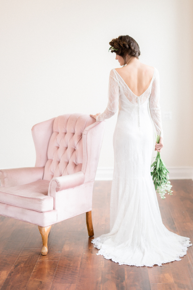 Bride with pink vintage chair | Photography: Loren Weddings