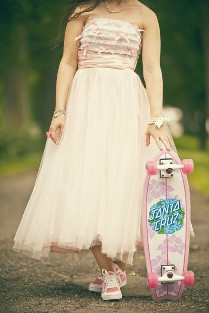 Bridal look with skateboard
