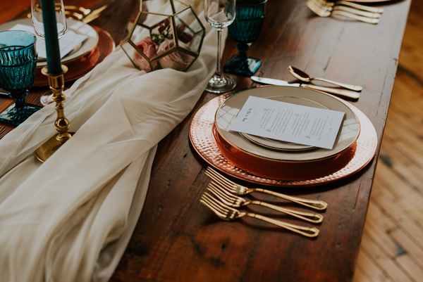 gold wedding accents - photo by Kate Touzel Photography http://ruffledblog.com/modern-metallic-wedding-inspiration