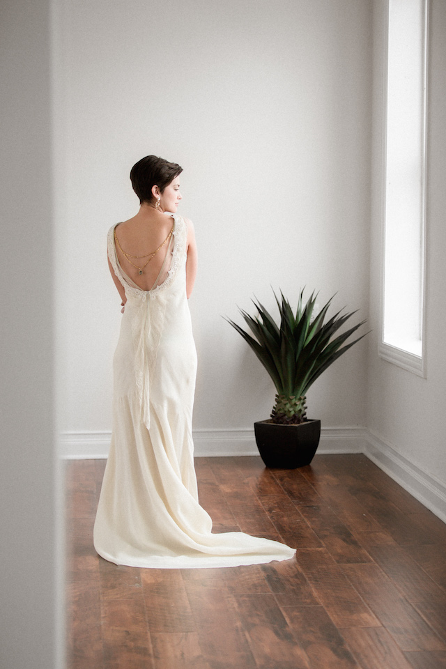 Wedding dress with low back | Photography: Loren Weddings