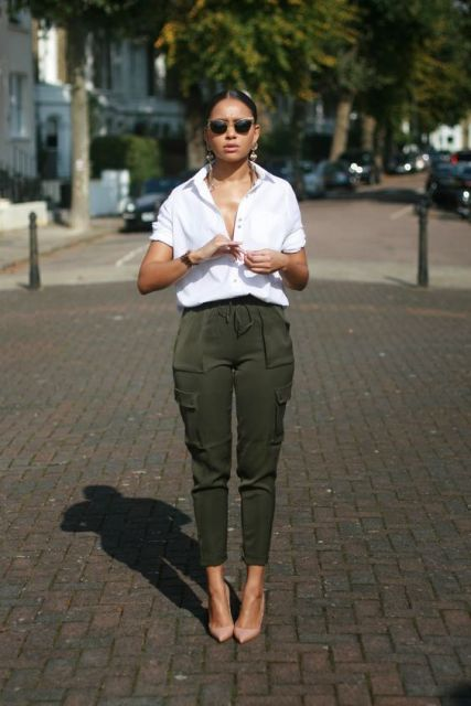 Outfit with cargo pants, white loose shirt and neutral pumps