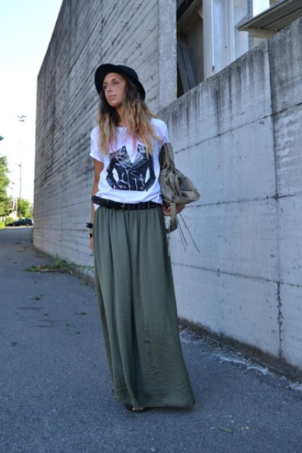 Relaxed look with maxi skirt, t-shirt and hat