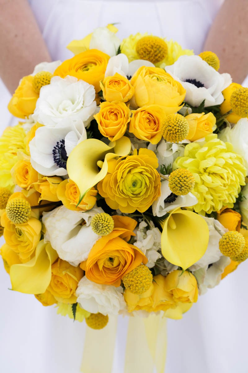 Her bouquet was boldly yellow as a par of the color scheme