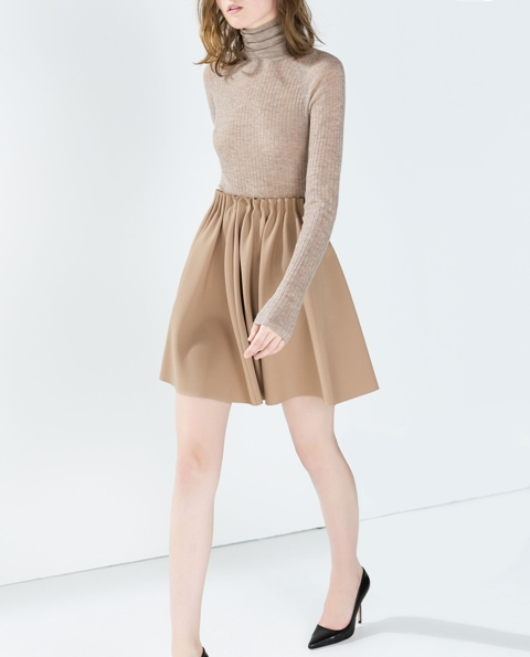 Neutral look with mini skirt and black pumps