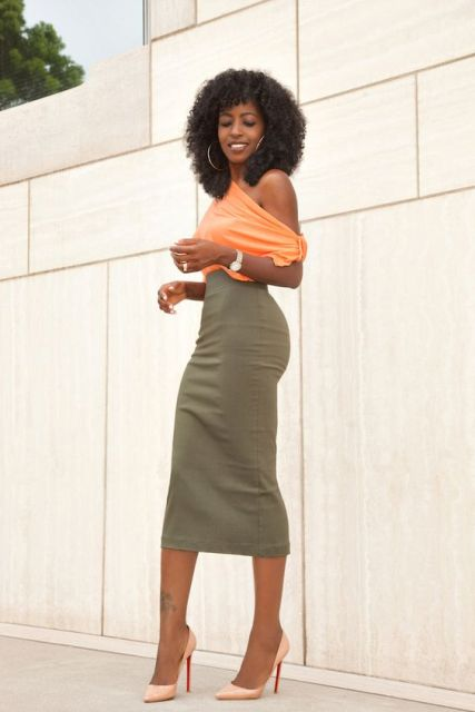 Feminine look with orange one shoulder shirt, midi pencil skirt and pumps