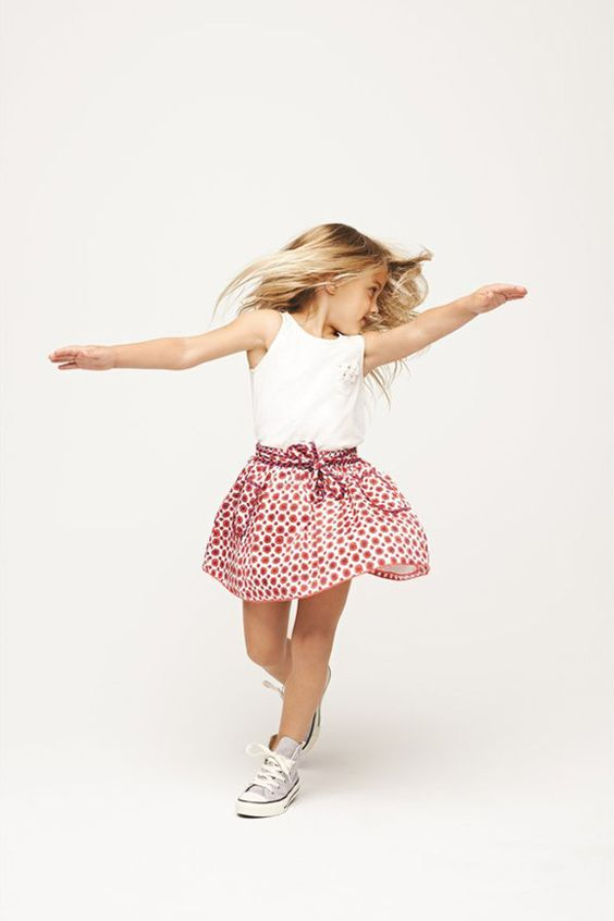 printed skirt, a white lace top and white converse