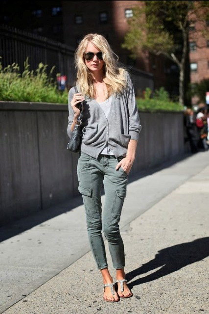 Look with skinny cargos and flat sandals