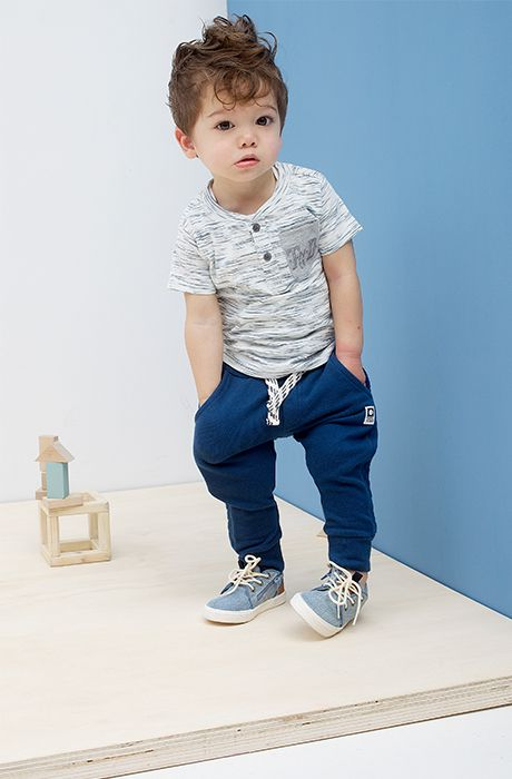 blue pants, a gery tee and grey sneakers