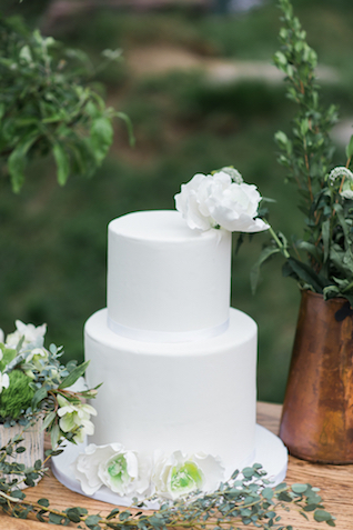 All white wedding cake | Eileen Meny Photography