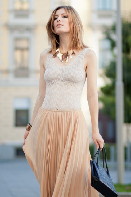 Look with beige pleated skirt and top