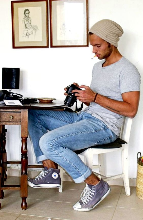 light jeans, a grey tee and grey sneakers for a casual look