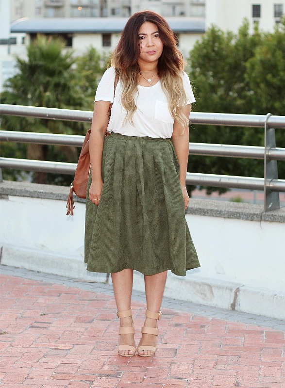 Cool look with midi skirt and white t-shirt