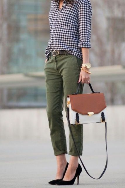 Office look with printed shirt, cargo trousers and pumps
