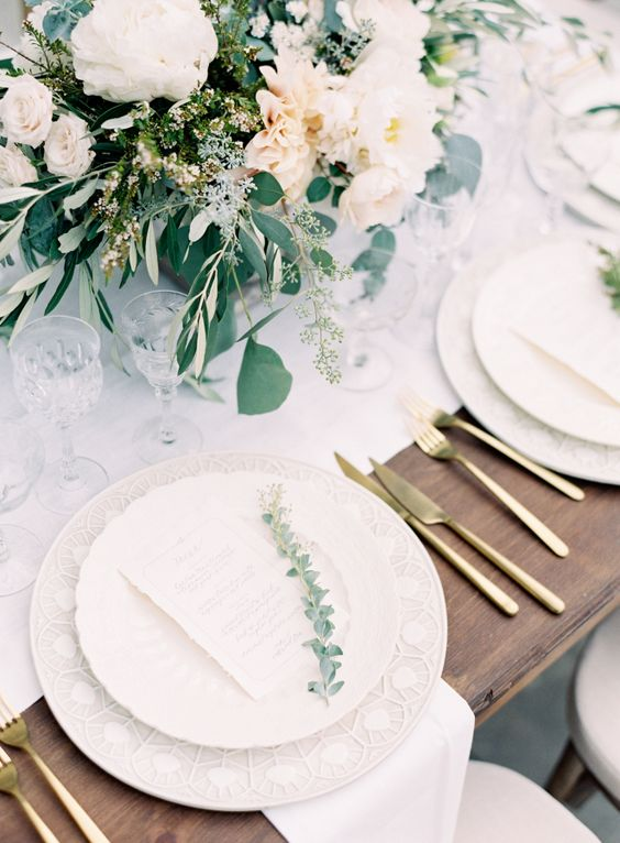 white table runners, dishes, blush florals and gold tableware