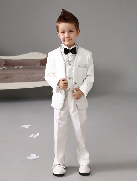 Awesome white suit for glamorous or retro styled weddings