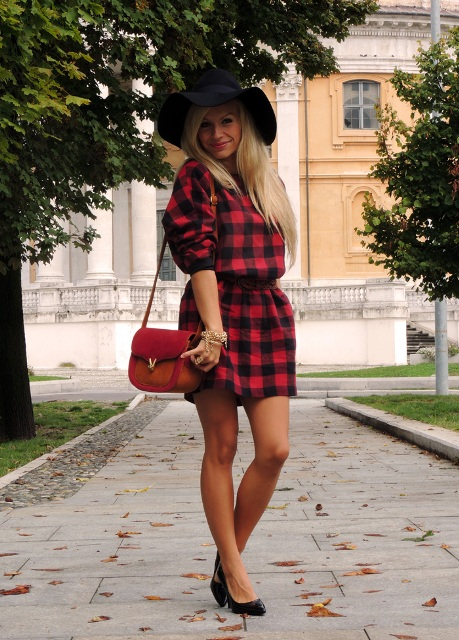 With red bag, wide brim hat and black heels