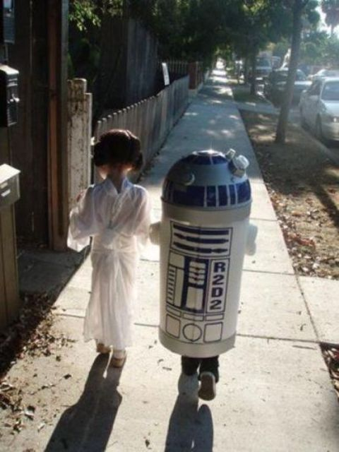 sibling cosplay of Leia and R2D2