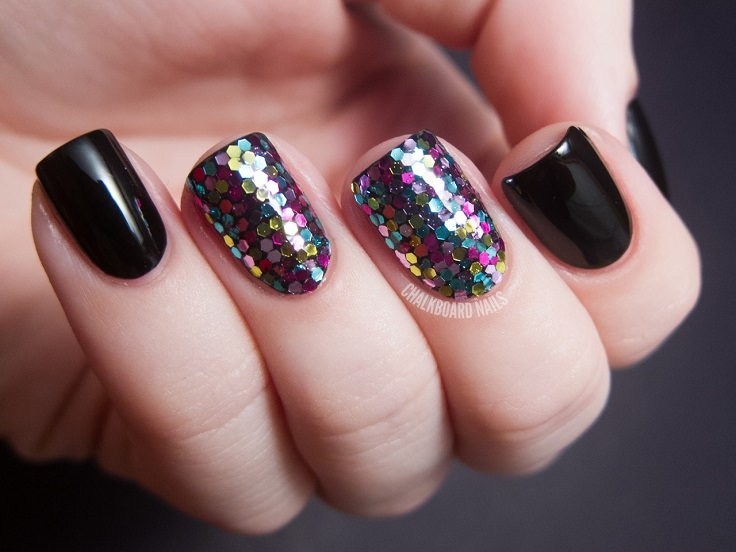In this article we show you 10 nail art ideas that use glitter. They're all very simple, yet so creative and look amazing! #nailart #glitter