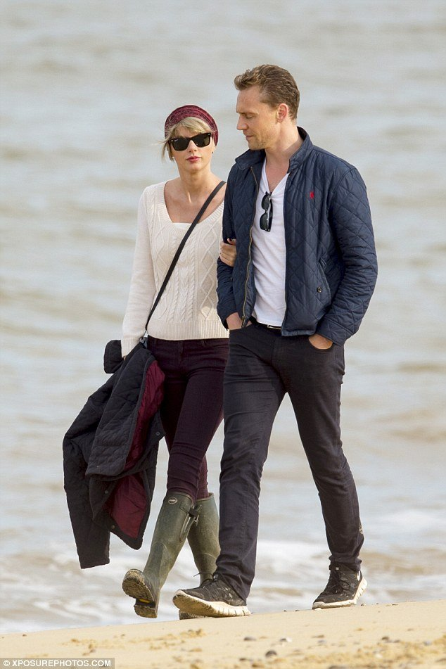 taylor-swift-beach-outfit-winter