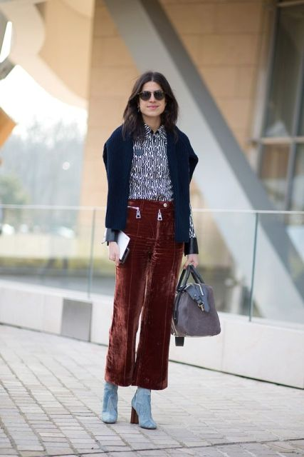 With printed shirt, blue boots and gray bag