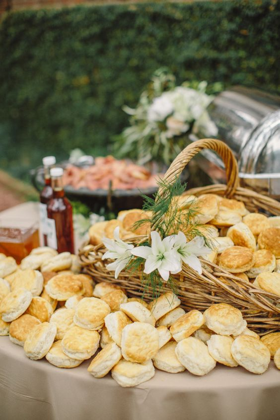 serve buns in your wedding bar in baskets, it