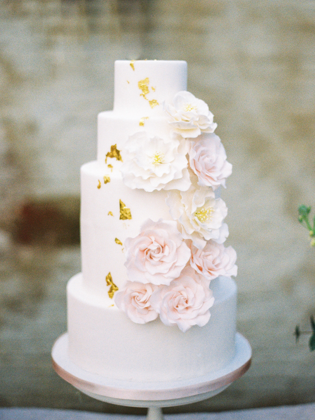 Wedding cake with icing flowers | Chymo & More