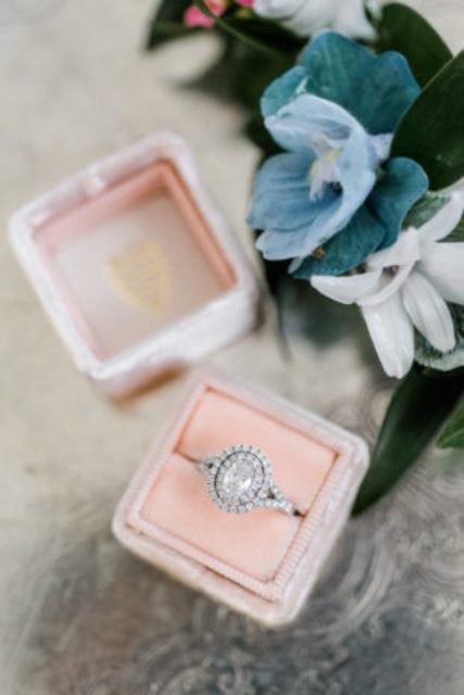 The authors considered every detail, even the smallest one, have a look at this rose quartz ring box