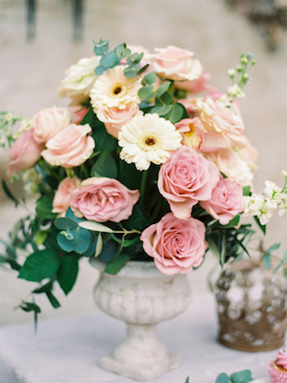 Rose and daisy centerpiece | Chymo & More