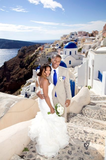 reflect the beautiful blue details of Santorini adding the same blue to your wedding colors