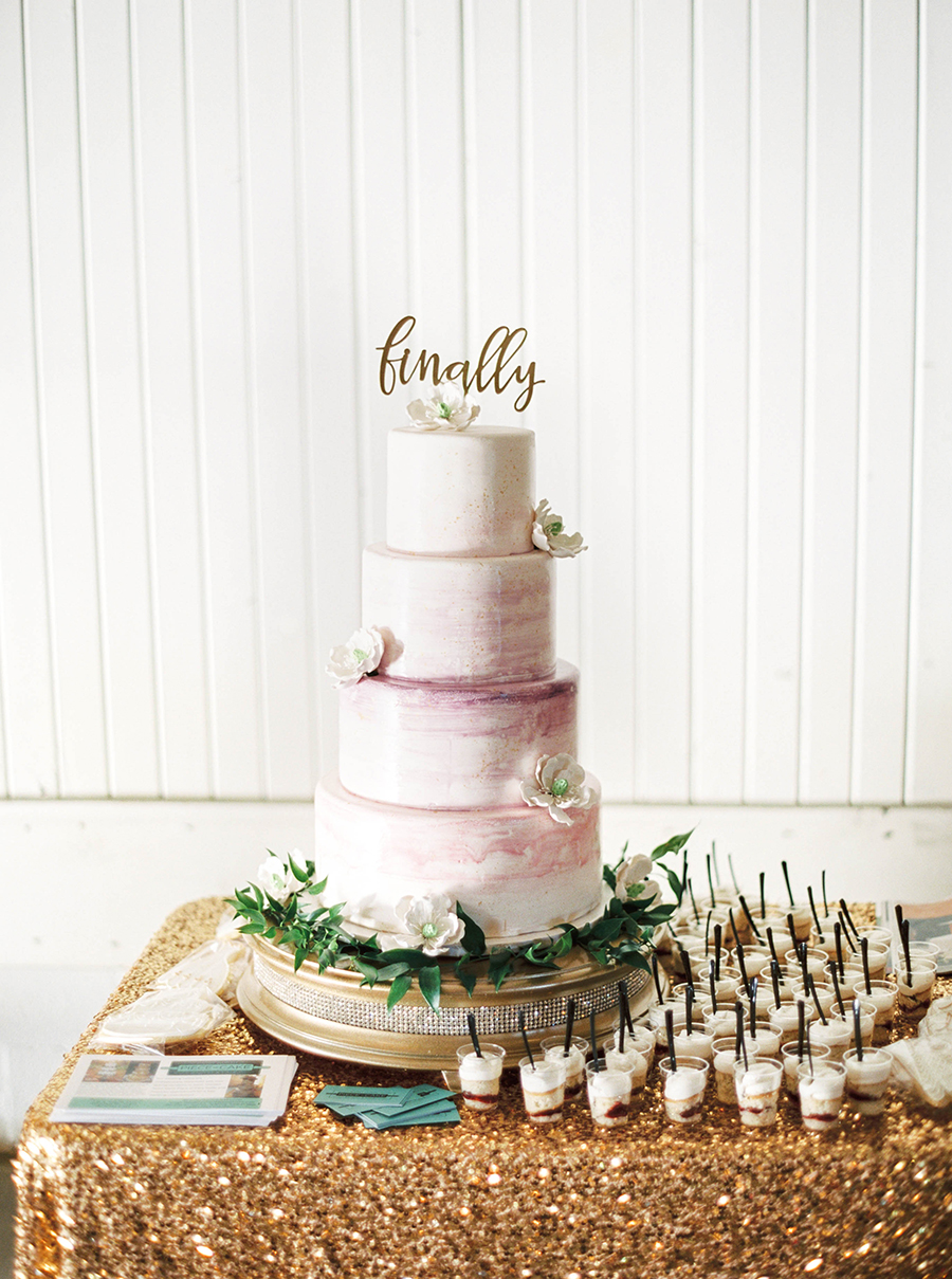 modern wedding cake ideas - photo by Kelli Lynn Photography http://ruffledblog.com/fall-wedding-inspiration-from-the-big-fake-wedding