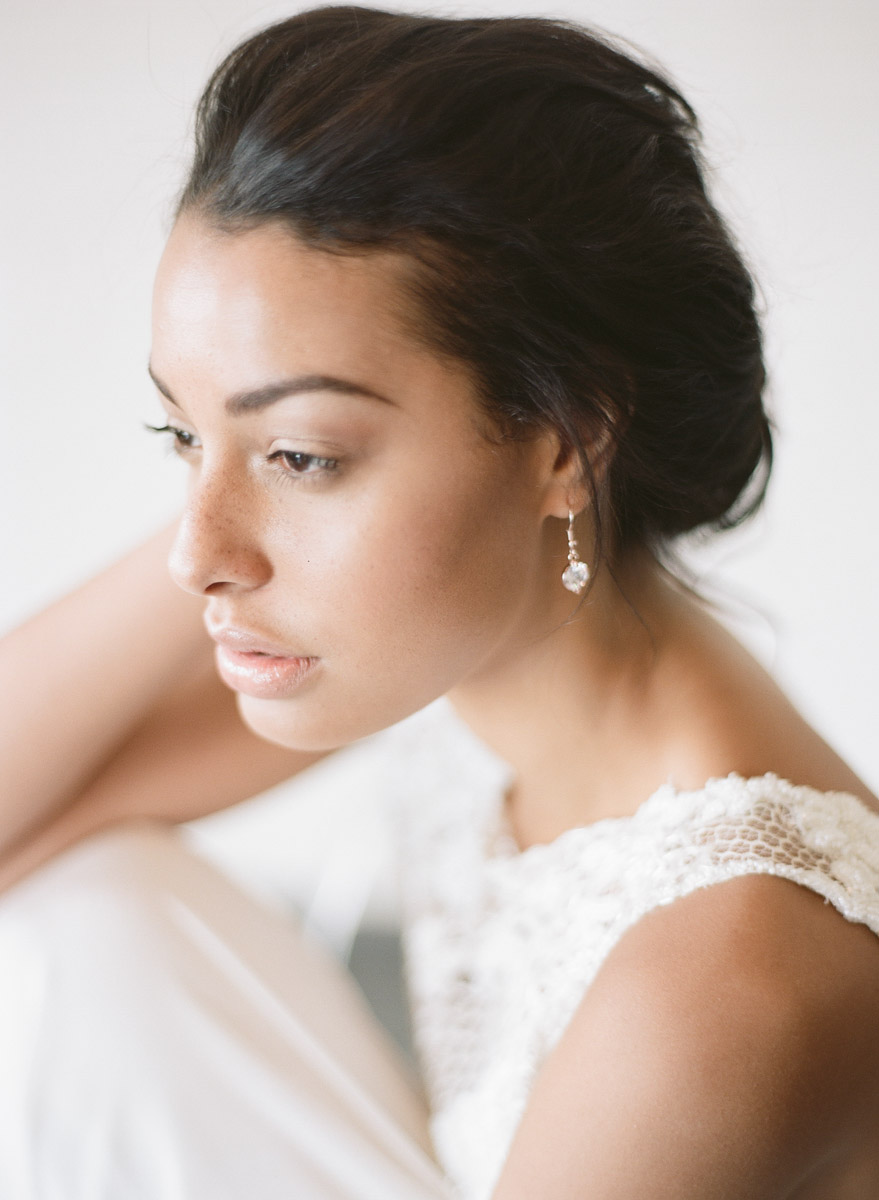 simple wedding makeup - photo by Qlix Photography http://ruffledblog.com/wedding-elegance-with-understated-beauty