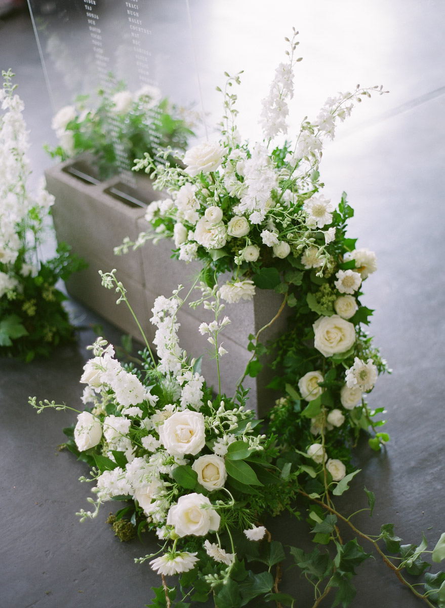 wedding flowers - photo by Qlix Photography http://ruffledblog.com/wedding-elegance-with-understated-beauty
