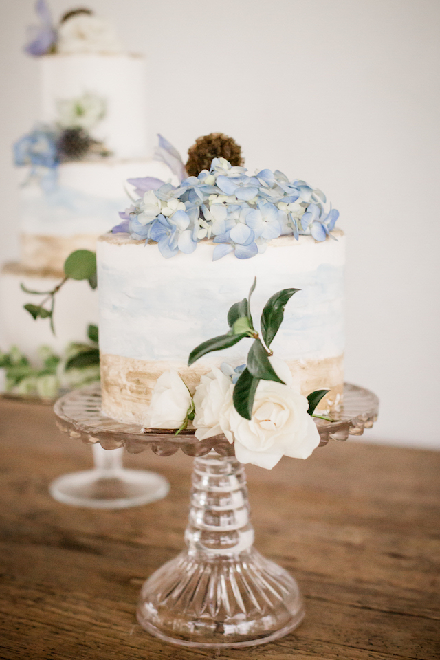 Hand-painted wedding cake with hydrangea | Grey to Blue Photography