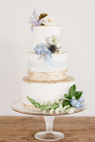 Hand-painted wedding cake | Grey to Blue Photography