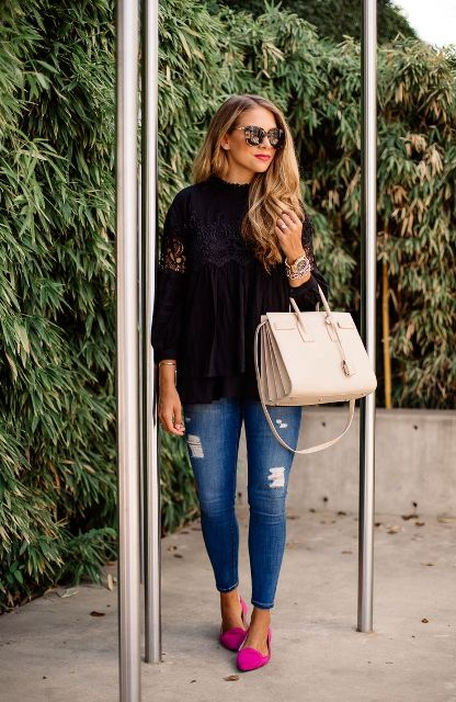 With black loose shirt, skinny jeans and white bag