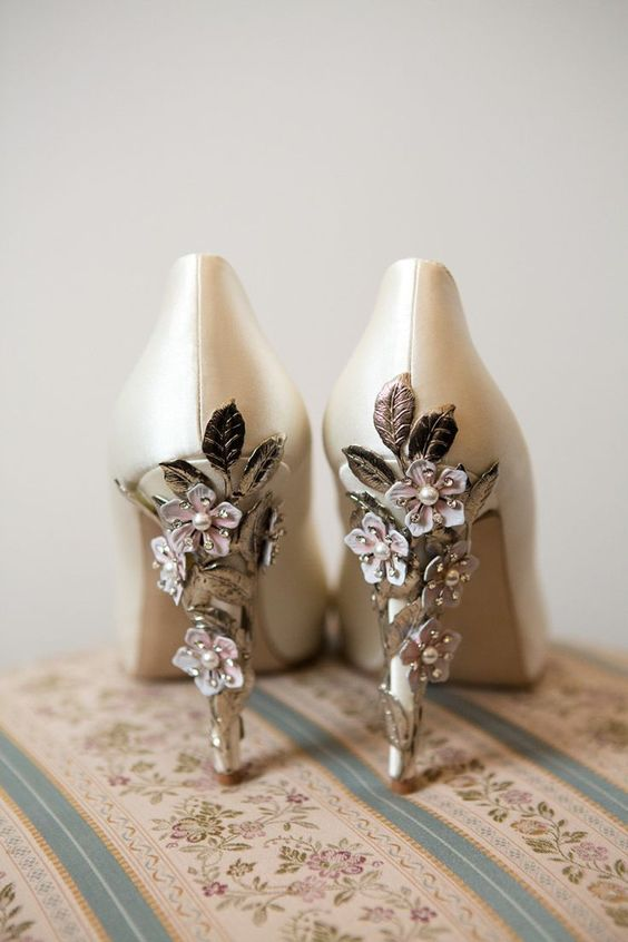 ivory shoes with heels decorated with metallic leaves and pink flowers