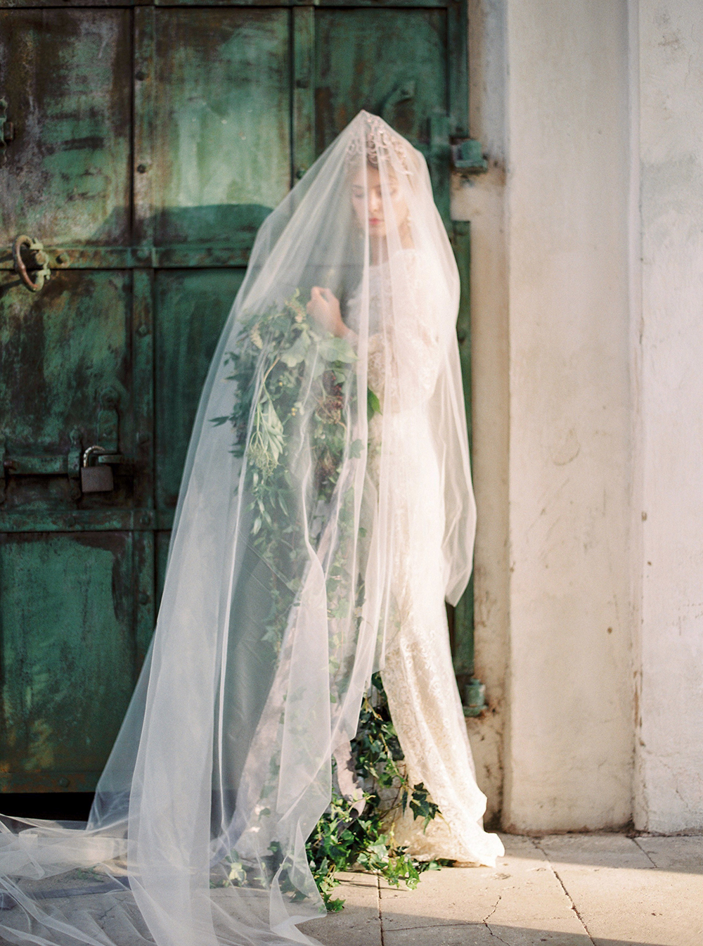 wedding veils - photo by Zhenya Savina http://ruffledblog.com/russian-swan-princess-bridal-inspiration