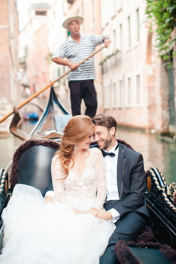This wedding shoot took place in Venice and it breathes with the romance of this adorable city