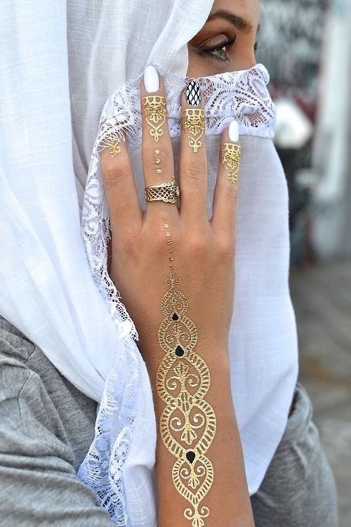 stunning gold pattern on the hand and arm, patterns on every finger