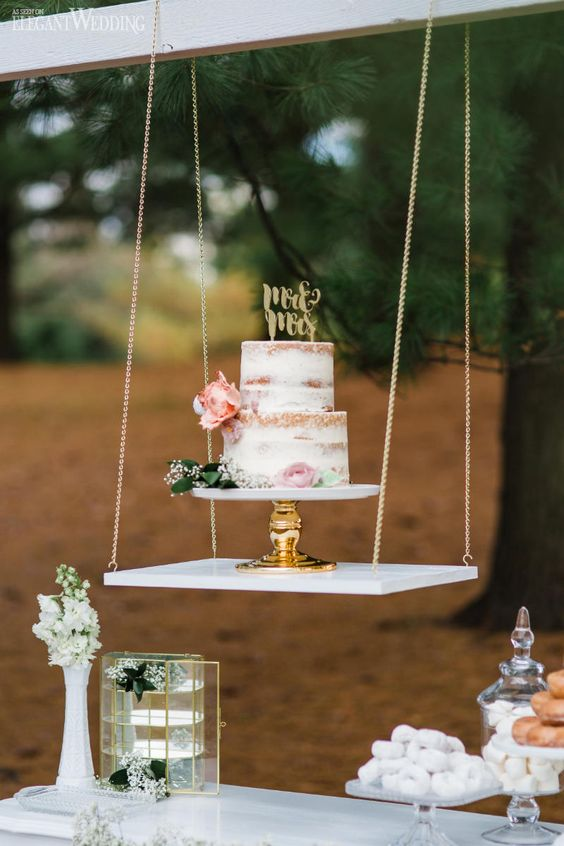 highlight your wedding cake with a hanging display