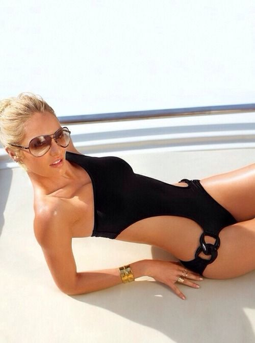 one shoulder black side cutout swimsuit looks super sezy