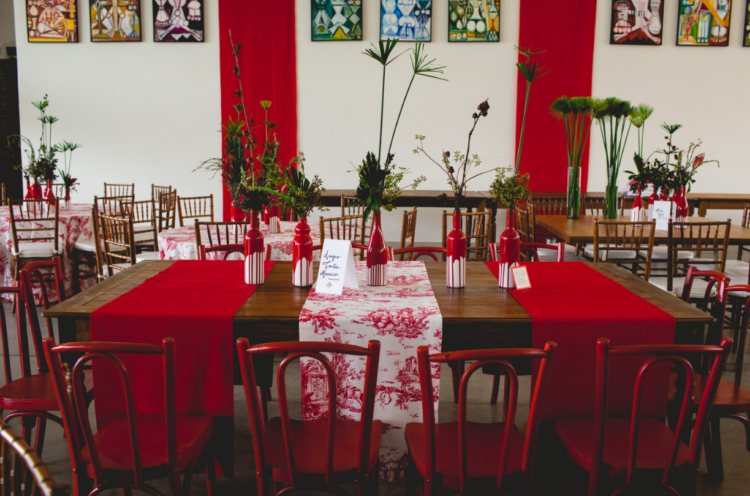 The reception was decorated in a simple way, with the bride's works and red touches