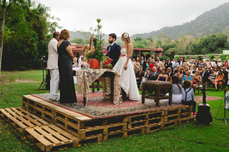 The ceremony was held outdoors to acomodate all the 400 guests