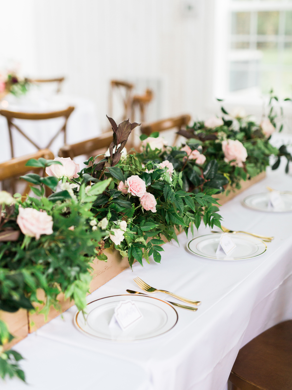 wedding tablescapes - photo by Elisabeth Carol Photography http://ruffledblog.com/picturesque-garden-wedding-at-white-sparrow-barn