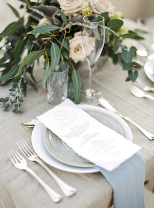 Simple, chic place setting | Les Amis Photo