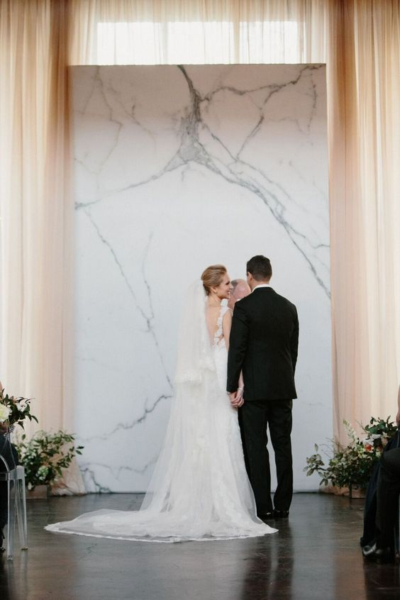 a sleek marble ceremony backdrop is a gorgeous modern idea