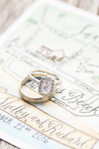 Halo diamond engagement ring | Leslie Hollingsworth Photography