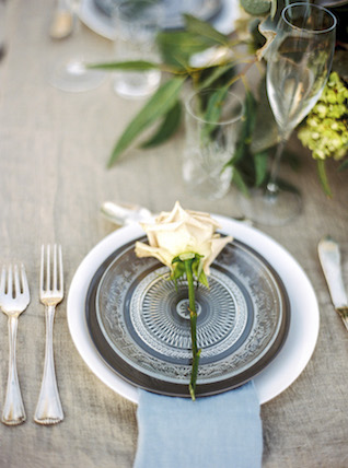 Place setting for a Santorini wedding | Les Amis Photo