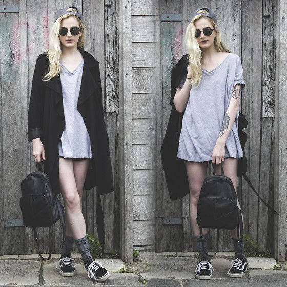 a grey oversized tee, a black long coat, black Vans and a backdpack